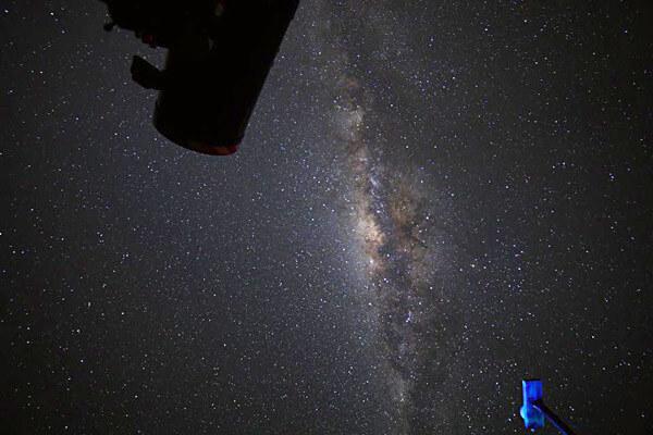 天の川とそれをとらえる天体望遠鏡