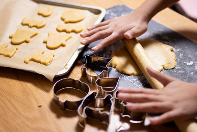 クッキーを手作りしている様子